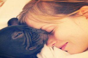 Sylvia Hoeks met de hond van haar vriend